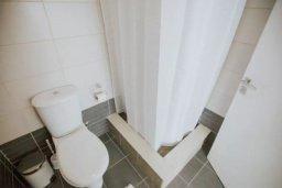Ванная комната. Кипр, Центр Лимассола : Светлая очаровательная студия для троих с потрясающим видом на пляж в самом центре Лимассола