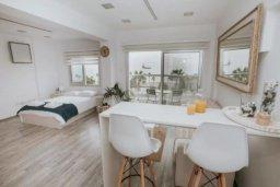 Гостиная. Кипр, Центр Лимассола : Светлая очаровательная студия для троих с потрясающим видом на пляж в самом центре Лимассола