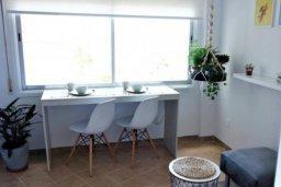 Обеденная зона. Кипр, Центр Лимассола : Небольшая недавно отремонтированная студия для двоих с потрясающим видом на море в самом центре Лимассола