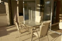 Балкон. Кипр, Центр Лимассола : Апартаменты с отдельной спальней с огромной террасой прямо на берегу моря для 5-ых гостей прямо в центре Лимассола.