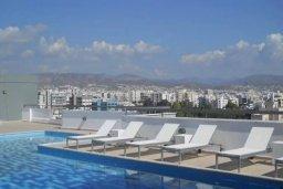 Бассейн. Кипр, Центр Лимассола : Апартаменты с отдельной спальней с огромной террасой прямо на берегу моря для 5-ых гостей прямо в центре Лимассола.
