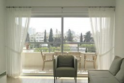 Гостиная. Кипр, Центр Лимассола : 2-комнатная квартира прямо на берегу моря в центре Лимассола для 6-ти гостей.  Wi-Fi, бассейн на крыше, тренажерный зал и бесплатная парковка.