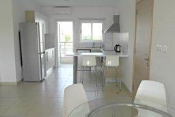 Кухня. Кипр, Центр Лимассола : 2-комнатная квартира прямо на берегу моря в центре Лимассола для 6-ти гостей.  Wi-Fi, бассейн на крыше, тренажерный зал и бесплатная парковка.