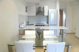 Кухня. Кипр, Центр Лимассола : 2-комнатная квартира прямо на берегу моря в центре Лимассола для 5-ти гостей.  Wi-Fi, бассейн на крыше, тренажерный зал и бесплатная парковка.