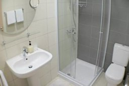Ванная комната. Кипр, Центр Лимассола : 2-комнатная квартира прямо на берегу моря в центре Лимассола для 5-ти гостей.  Wi-Fi, бассейн на крыше, тренажерный зал и бесплатная парковка.