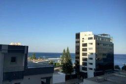 Вид на море. Кипр, Центр Лимассола : 2-комнатная квартира прямо на берегу моря в центре Лимассола для 5-ти гостей.  Wi-Fi, бассейн на крыше, тренажерный зал и бесплатная парковка.