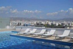 Бассейн. Кипр, Центр Лимассола : 2-комнатная квартира прямо на берегу моря в центре Лимассола для 5-ти гостей.  Wi-Fi, бассейн на крыше, тренажерный зал и бесплатная парковка.