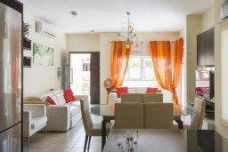 Гостиная. Кипр, Декелия - Ороклини : Прекрасная вилла с бассейном и двориком в 30 метрах от пляжа, 3 спальни, 2 ванные комнаты, патио, барбекю, парковка, Wi-Fi