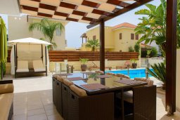 Патио. Кипр, Декелия - Ороклини : Прекрасная вилла с бассейном и двориком в 30 метрах от пляжа, 3 спальни, 2 ванные комнаты, патио, барбекю, парковка, Wi-Fi