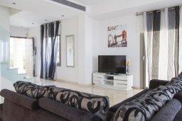 Гостиная. Кипр, Декелия - Ороклини : Современная пляжная вилла с бассейном и видом на море, 4 спальни, 3 ванные комнаты, барбекю, парковка, Wi-Fi