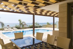 Обеденная зона. Кипр, Декелия - Ороклини : Современная пляжная вилла с бассейном и видом на море, 4 спальни, 3 ванные комнаты, барбекю, парковка, Wi-Fi
