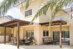 Фасад дома. Кипр, Декелия - Ороклини : Роскошная вилла с бассейном в 50 метрах от пляжа, 3 спальни, 3 ванные комнаты, барбекю, парковка, Wi-Fi