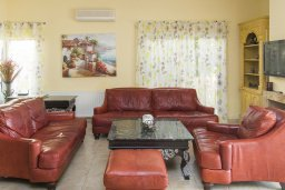 Гостиная. Кипр, Декелия - Ороклини : Роскошная вилла с бассейном в 50 метрах от пляжа, 3 спальни, 3 ванные комнаты, барбекю, парковка, Wi-Fi