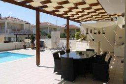 Зона отдыха у бассейна. Кипр, Декелия - Ороклини : Прекрасная вилла с бассейном в 115 метрах от пляжа, 3 спальни, 2 ванные комнаты, барбекю, парковка, Wi-Fi