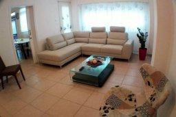 Гостиная. Кипр, Гермасойя Лимассол : Просторные 3-спальные апартаменты площадью 125 кв.м. прямо на пляже для 7-ми гостей, Лимассол