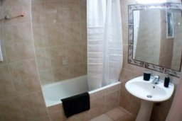 Ванная комната. Кипр, Гермасойя Лимассол : Просторные 3-спальные апартаменты площадью 125 кв.м. прямо на пляже для 7-ми гостей, Лимассол