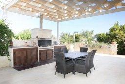 Обеденная зона. Кипр, Мазотос : Роскошная вилла с большим бассейном и зеленой территорией, 4 спальни, 5 ванных комнат, джакузи, домашний кинотеатр, кабинет, барбекю, детская площадка, парковка, Wi-Fi