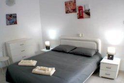 Спальня. Кипр, Айос Тихонас Лимассол : Светлые односпальные апартаменты для 3 гостей с очаровательным видом на море