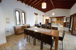 Обеденная зона. Кипр, Перволия : Шикарная вилла с большим бассейном и зеленой территорией, 5 спален, 3 ванные комнаты, парковка, Wi-Fi