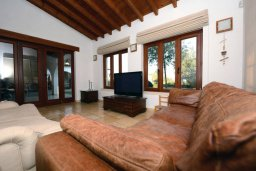 Гостиная. Кипр, Перволия : Шикарная вилла с большим бассейном и зеленой территорией, 5 спален, 3 ванные комнаты, парковка, Wi-Fi