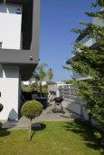 Зелёный сад. Кипр, Св. Рафаэль Лимассол : Современная вилла в стиле Hi-Tech с 4-мя отдельными спальнями для 8-ми гостей в престижном районе Лимассола.