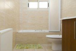 Ванная комната. Кипр, Декелия - Ороклини : Прекрасная вилла с бассейном в 125 метрах от пляжа, 3 спальни, 2 ванные комнаты, барбекю, парковка, Wi-Fi