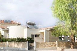 Фасад дома. Кипр, Декелия - Ороклини : Прекрасная вилла с бассейном в 125 метрах от пляжа, 3 спальни, 2 ванные комнаты, барбекю, парковка, Wi-Fi