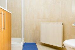 Ванная комната 2. Кипр, Декелия - Ороклини : Прекрасная вилла с бассейном в 125 метрах от пляжа, 3 спальни, 2 ванные комнаты, барбекю, парковка, Wi-Fi