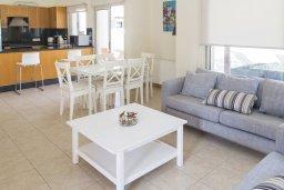 Гостиная. Кипр, Декелия - Ороклини : Прекрасная вилла с бассейном в 125 метрах от пляжа, 3 спальни, 2 ванные комнаты, барбекю, парковка, Wi-Fi