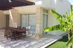Территория. Кипр, Декелия - Ороклини : Прекрасная вилла с бассейном в 125 метрах от пляжа, 2 спальни, 2 ванные комнаты, барбекю, парковка, Wi-Fi
