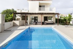 Фасад дома. Кипр, Декелия - Ороклини : Прекрасная вилла с бассейном в 125 метрах от пляжа, 2 спальни, 2 ванные комнаты, барбекю, парковка, Wi-Fi