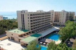 Бассейн. Кипр, Центр Лимассола : Прекрасная 3-комнатная квартира с видом на море, всего в 130 метрах от пляжа для 6-ти гостей.