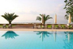 Бассейн. Кипр, Айос Тихонас Лимассол : Роскошные апартаменты с 4-мя спальнями в закрытом комплексе с бассейном, тренажерным залом, частной парковкой, прекрасными садами и выходом на пляж для 6-ти гостей