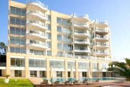 Фасад дома. Кипр, Айос Тихонас Лимассол : Роскошные апартаменты с 4-мя спальнями в закрытом комплексе с бассейном, тренажерным залом, частной парковкой, прекрасными садами и выходом на пляж для 6-ти гостей
