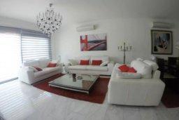 Гостиная. Кипр, Айос Тихонас Лимассол : Эксклюзивный апартамент на берегу моря с 3-мя спальнями, расположен в комплексе с бассейном, теннисным кортом и садом