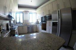 Кухня. Кипр, Айос Тихонас Лимассол : Эксклюзивный апартамент на берегу моря с 3-мя спальнями, расположен в комплексе с бассейном, теннисным кортом и садом