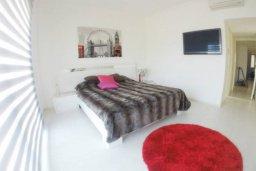 Спальня. Кипр, Айос Тихонас Лимассол : Эксклюзивный апартамент на берегу моря с 3-мя спальнями, расположен в комплексе с бассейном, теннисным кортом и садом