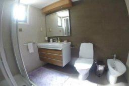 Ванная комната. Кипр, Айос Тихонас Лимассол : Эксклюзивный апартамент на берегу моря с 3-мя спальнями, расположен в комплексе с бассейном, теннисным кортом и садом