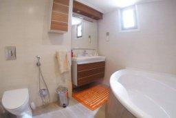 Ванная комната 2. Кипр, Айос Тихонас Лимассол : Эксклюзивный апартамент на берегу моря с 3-мя спальнями, расположен в комплексе с бассейном, теннисным кортом и садом
