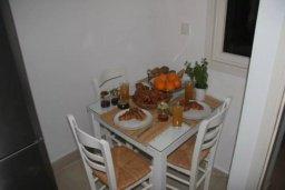 Обеденная зона. Кипр, Дасуди Лимассол : Роскошный апартамент на берегу моря с 3-мя спальнями, расположен в комплексе с общим большим бассейном, детским бассейном и садом