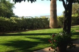 Зелёный сад. Кипр, Св. Рафаэль Лимассол : Эксклюзивный апартамент на берегу моря, с 3-мя спальнями, в комплексе с детским и взрослым бассейном, садом, теннисным кортом и сауной