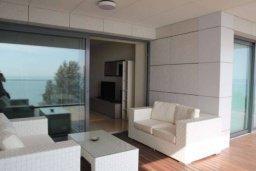 Патио. Кипр, Центр Лимассола : Роскошные апартаменты на берегу моря, с 3-мя спальнями, в комплексе с бассейном, spa-центром и фитнес клубом