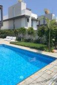 Бассейн. Кипр, Айос Тихонас Лимассол : Современная вилла с 4-мя спальнями, с бассейном и зелёным садом, расположена в Лимассоле для 8-ми гостей