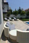 Веранда. Кипр, Айос Тихонас Лимассол : Современная вилла с 4-мя спальнями, с бассейном, зелёным садом, солнечной террасой и барбекю расположена в Лимассоле