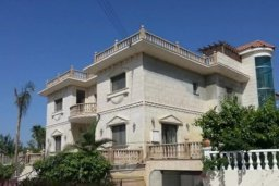 Фасад дома. Кипр, Айос Тихонас Лимассол : Величественная вилла класса люкс с 7 спальнями, с бассейном, панорамным видом на море и зелёным садом, расположена в Лимассоле