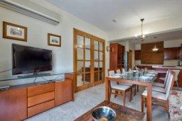 Кухня. Кипр, Айос Тихонас Лимассол : Роскошная вилла с 4-мя спальнями, с бассейном, зелёным садом, беседкой с патио и барбекю