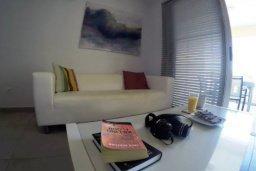 Гостиная. Кипр, Перволия : Роскошные апартаменты с 2-мя спальнями для 4-ти гостей всего в 300 метрах от моря, Лимассол