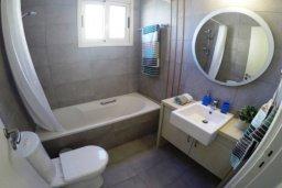 Ванная комната. Кипр, Перволия : Роскошные апартаменты с 2-мя спальнями для 4-ти гостей всего в 300 метрах от моря, Лимассол