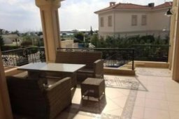 Патио. Кипр, Айос Тихонас Лимассол : Прекрасная вилла с 5-мя спальнями, с собственным бассейном и зелёным садом, расположена в пригороде Лимассола для 8-ти гостей