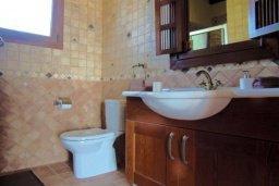 Ванная комната. Кипр, Лачи : Шикарная каменная вилла с панорамным видом на море, с 4-мя спальнями, с бассейном, джакузи, тенистой террасой с патио и с бильярдом